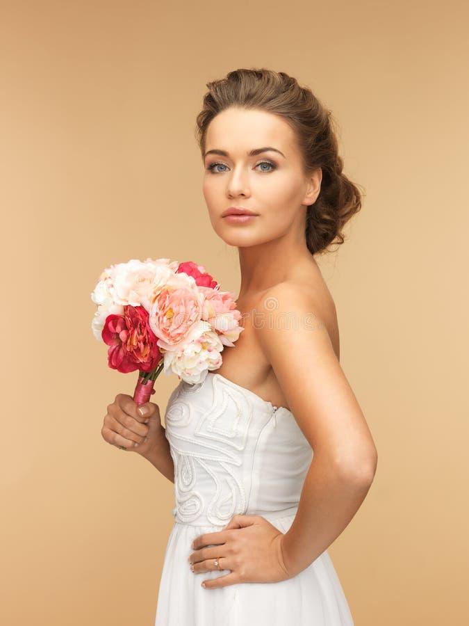 Kvinna med buketten av blommor royaltyfri bild