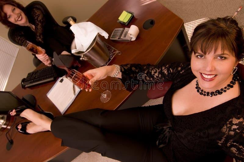 Kvinna med champagne i regeringsställning arkivfoto