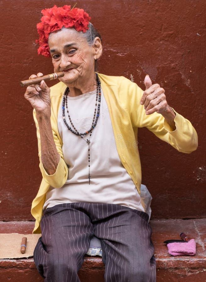 Kvinna med cigarren, havannacigarr, Kuba arkivfoton