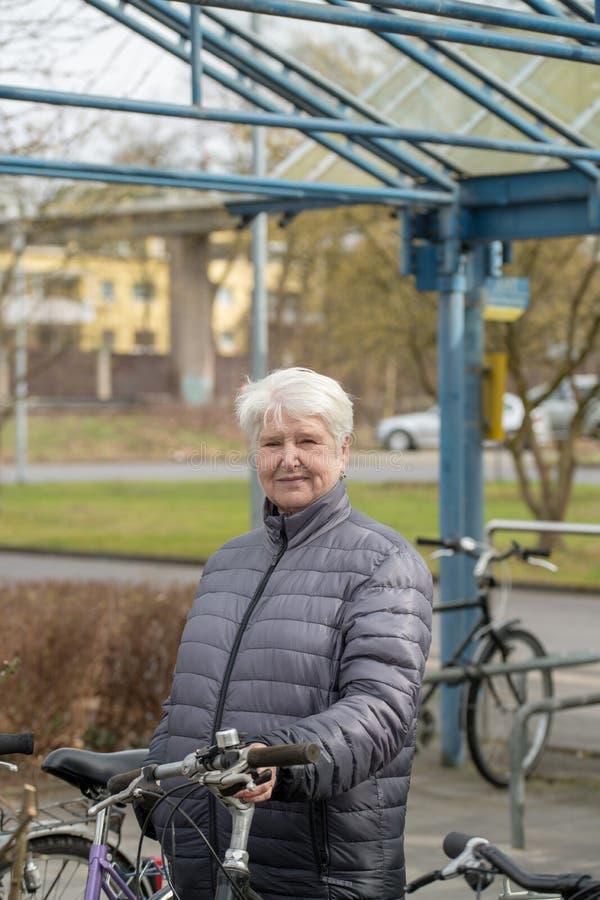 Kvinna med cykeln royaltyfri foto