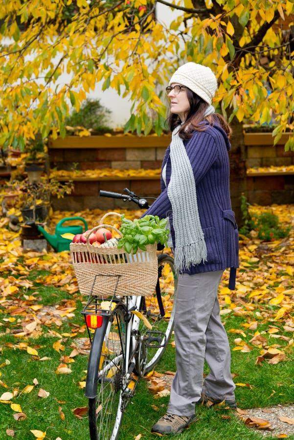 Kvinna med cykeln fotografering för bildbyråer