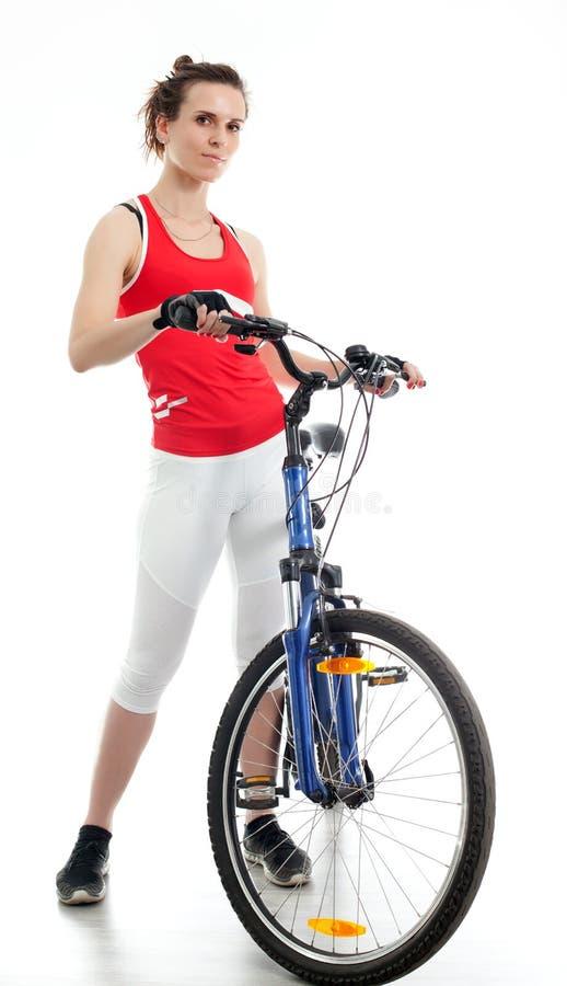 Kvinna med cykeln arkivbild