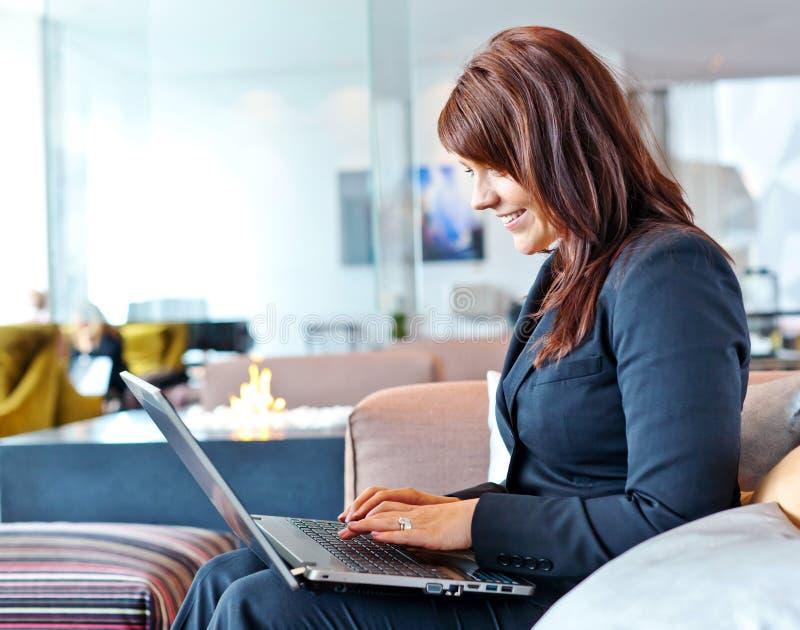 Kvinna med datoren royaltyfria bilder