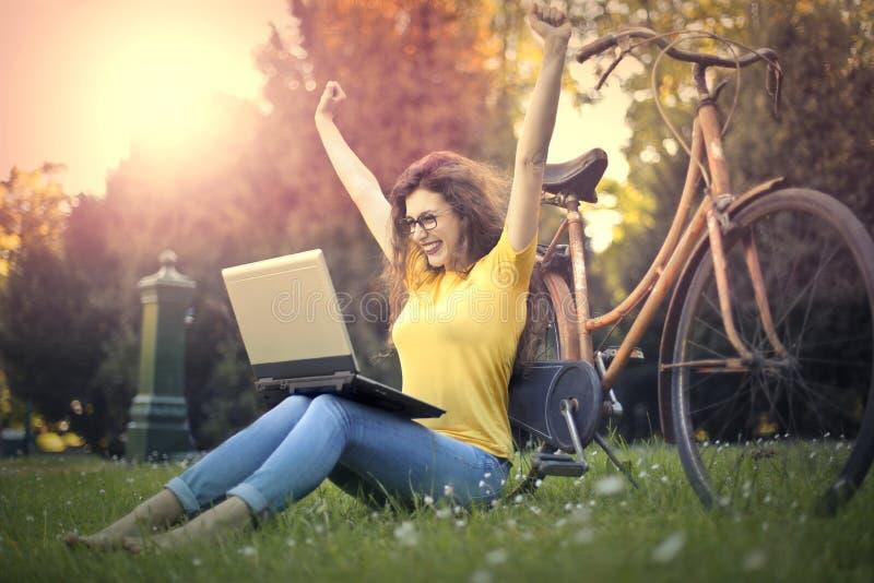 Kvinna med datoren arkivfoto