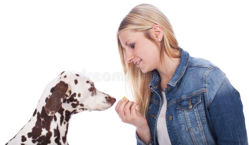 Kvinna med den dalmatian hunden royaltyfri bild