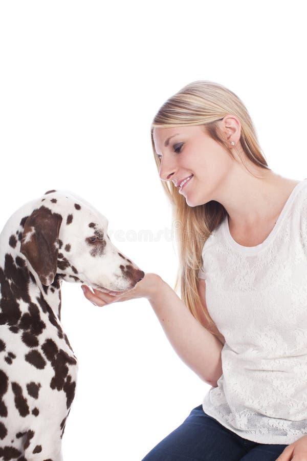 Kvinna med den dalmatian hunden arkivfoton