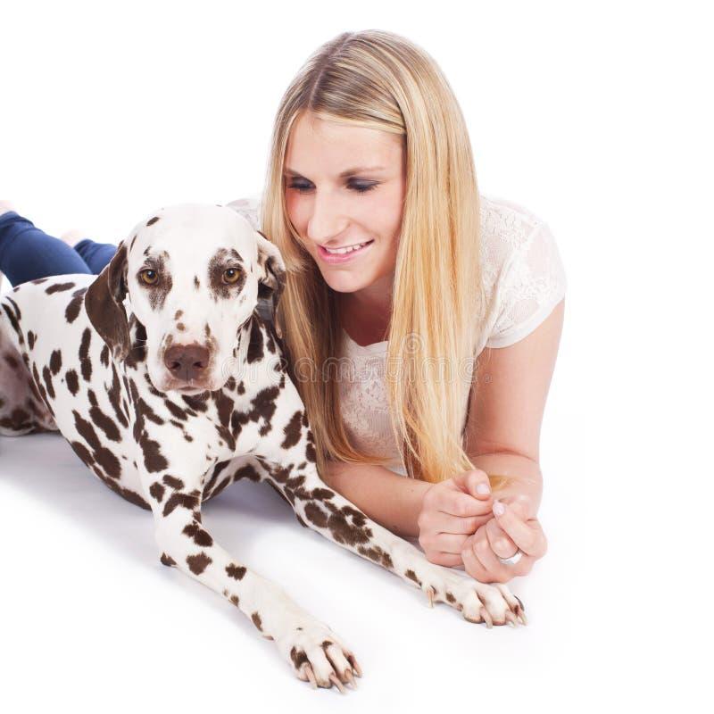 Kvinna med den dalmatian hunden royaltyfri fotografi