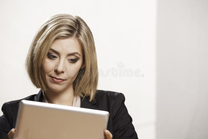 Kvinna med den digitala minnestavlan royaltyfria bilder