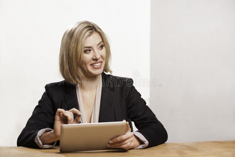 Kvinna med den digitala minnestavlan royaltyfri fotografi