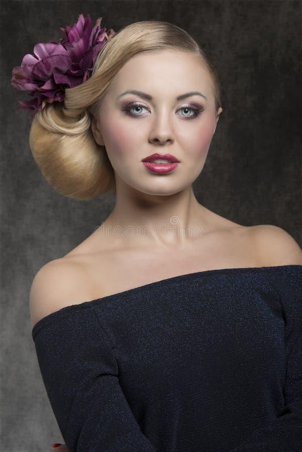 Kvinna med den eleganta blom- frisyren fotografering för bildbyråer