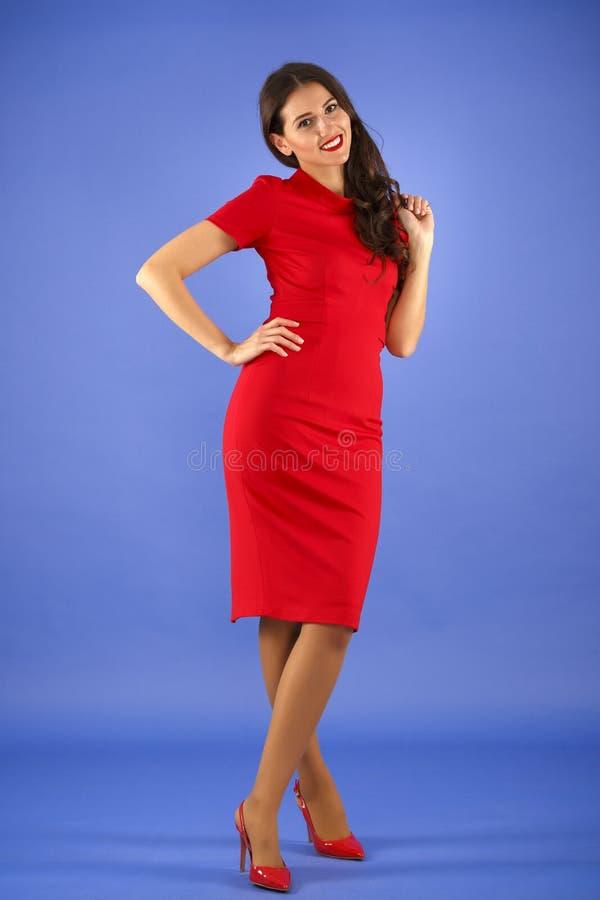 kvinna med den eleganta röda klänningen arkivfoton