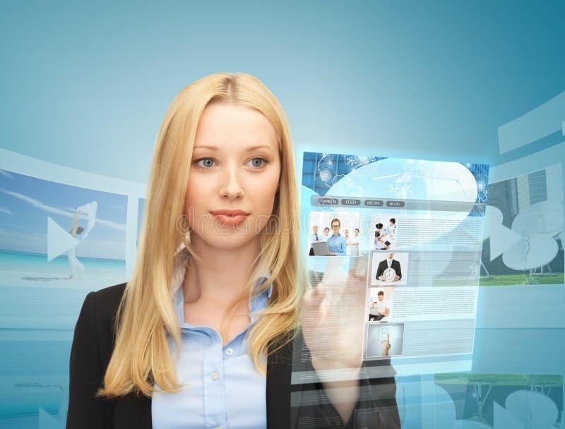 Kvinna med den faktiska skärmen och nyheterna fotografering för bildbyråer