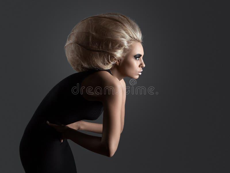 Kvinna med den futuristiska frisyren arkivfoton