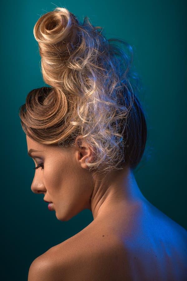 Kvinna med den futuristiska frisyren Updo arkivbilder