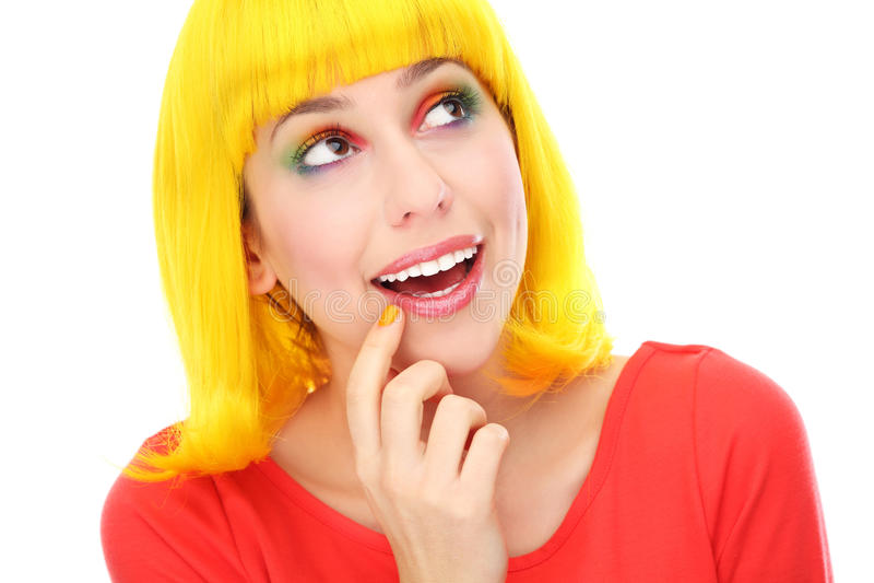 Kvinna med den gula wigen som ser upp