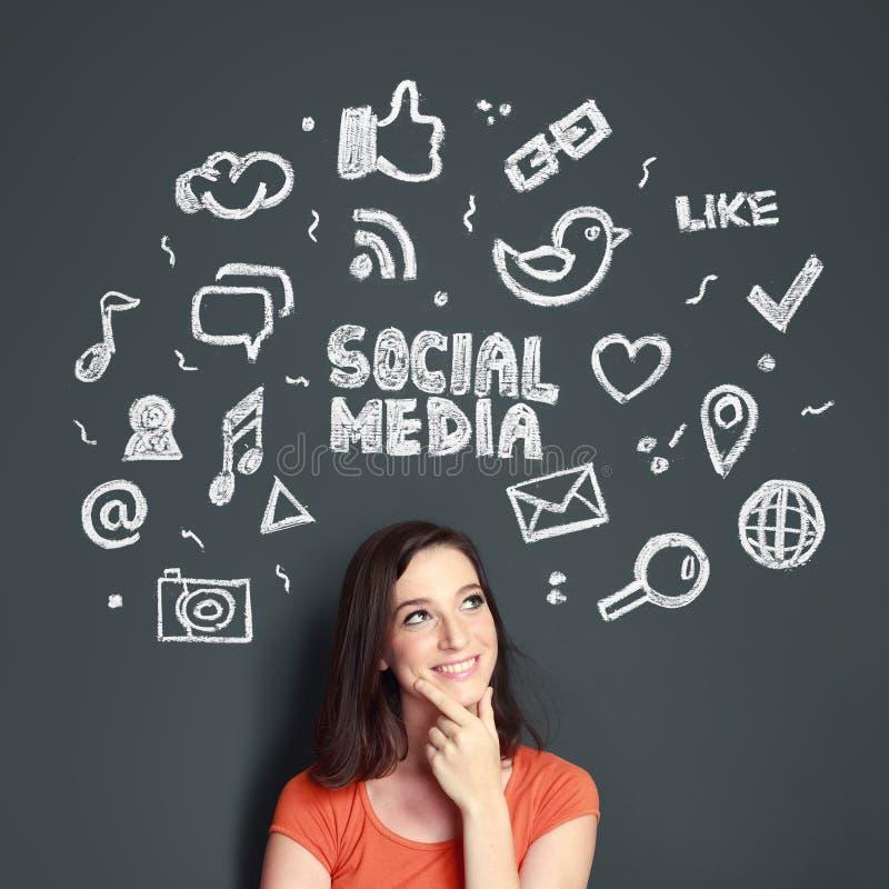 Kvinna med den hand drog illustrationen av det sociala massmediabegreppet royaltyfria bilder