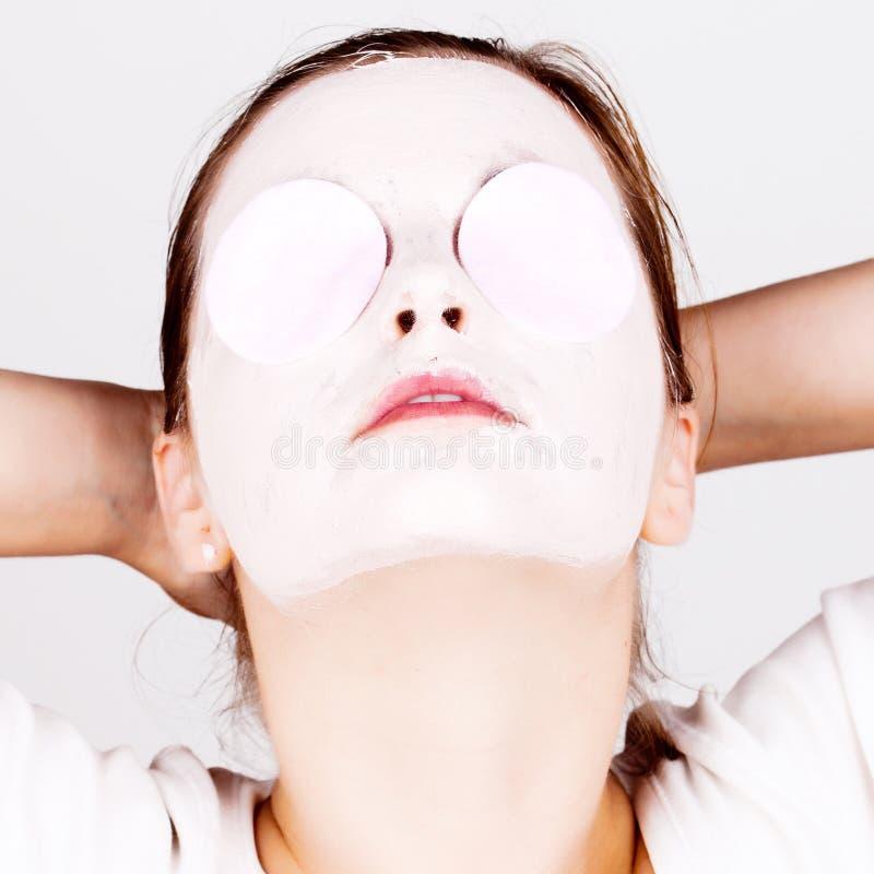 Kvinna med den kosmetiska maskeringen royaltyfria bilder