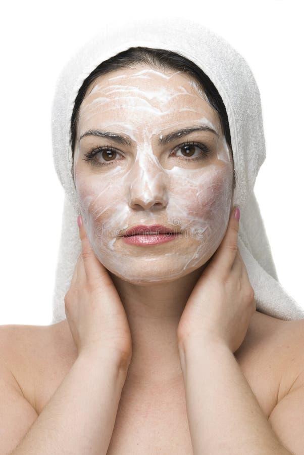 Kvinna med den kräm- maskeringen på den dagliga brunnsorten arkivbild
