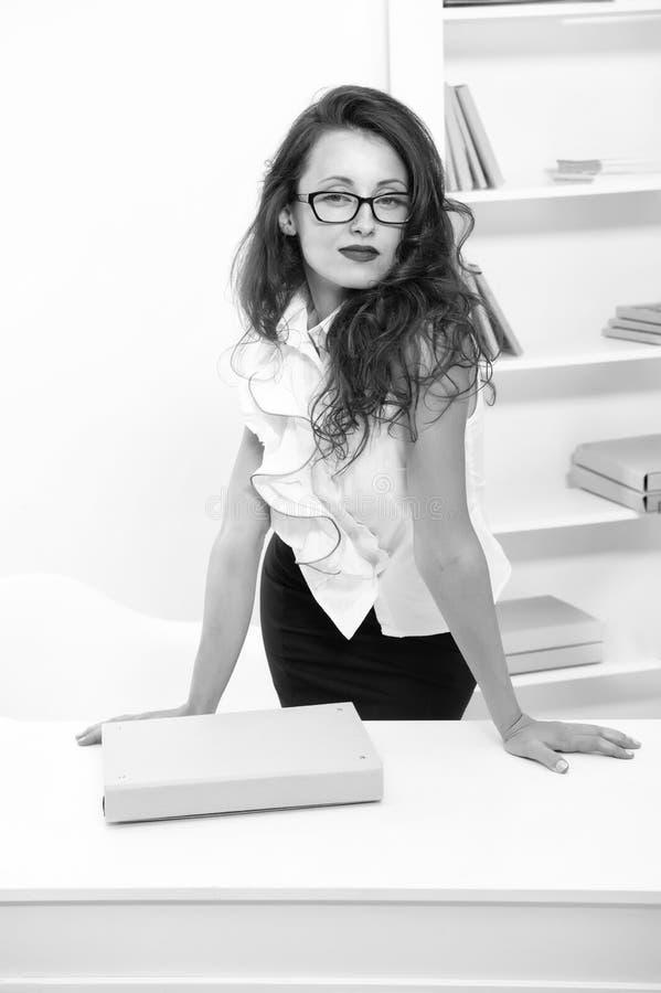 Kvinna med den långa hårvitblusen Lärare med attraktiva exponeringsglasblickar Förföriskt posera för kontorsadministratör arkivbilder
