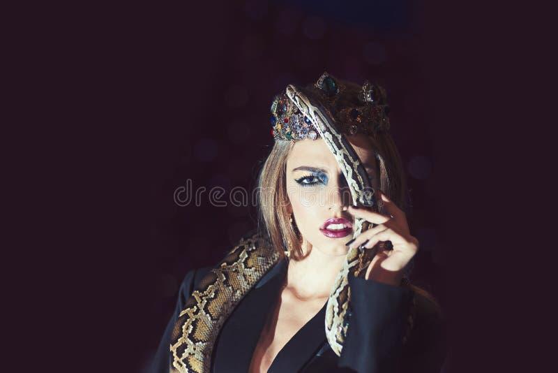 Kvinna med den makeupframsidan och ormen Pytonorm för håll för skönhetdrottning Sinnlig kvinna med ormen Skönhetmodell i smyckenk arkivbilder