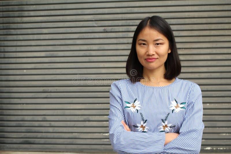 Kvinna med den neutrala uttryckscloseupen arkivfoto