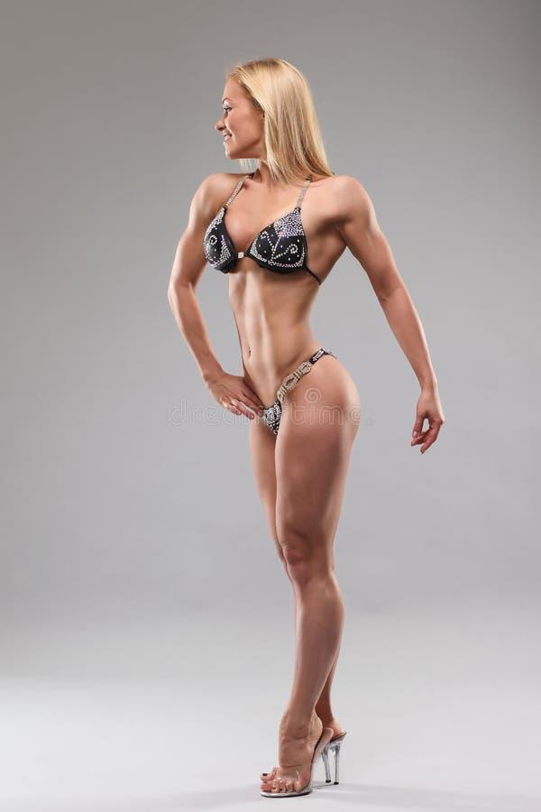 Kvinna med den perfekta idrotts- kroppen royaltyfri bild