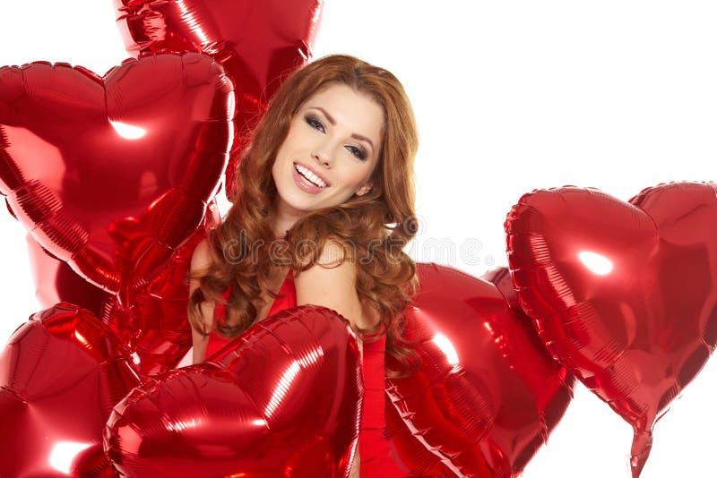 Kvinna med den röda hjärtaballongen fotografering för bildbyråer
