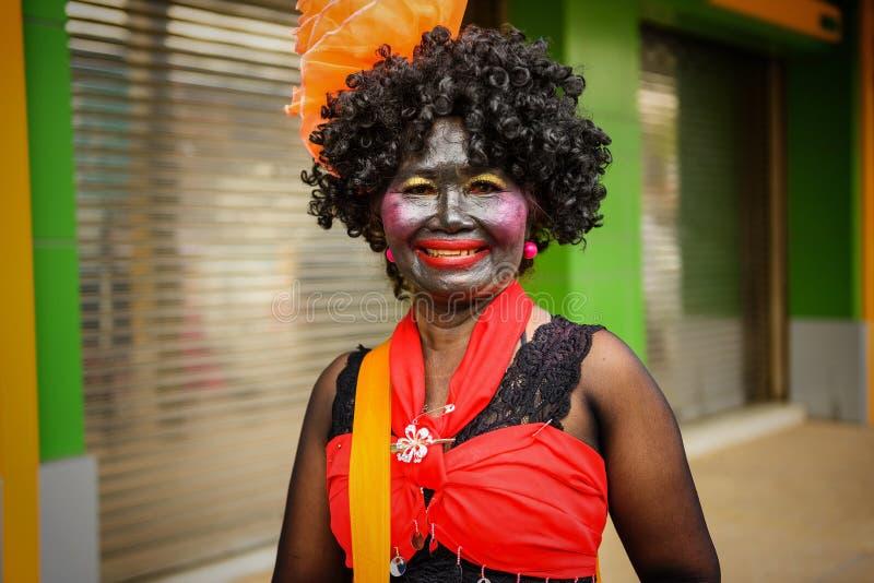 kvinna med den roliga dräkten för stearinljusfestival arkivbild