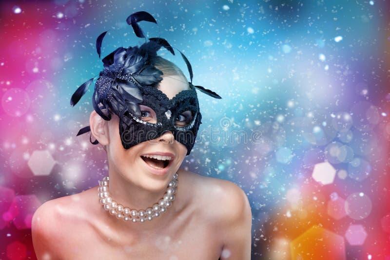 Kvinna med den svarta maskeradmaskeringen med fjädrar royaltyfria bilder