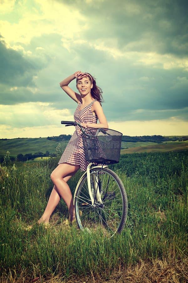 Kvinna med den utomhus- tappningcykeln, sommar Tuscany arkivbild