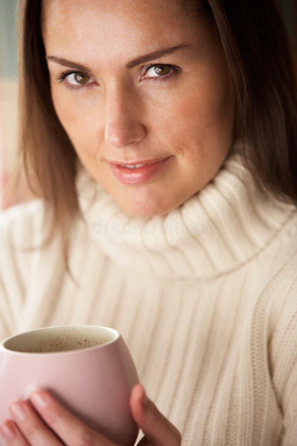 Kvinna med den varma drinken royaltyfri foto