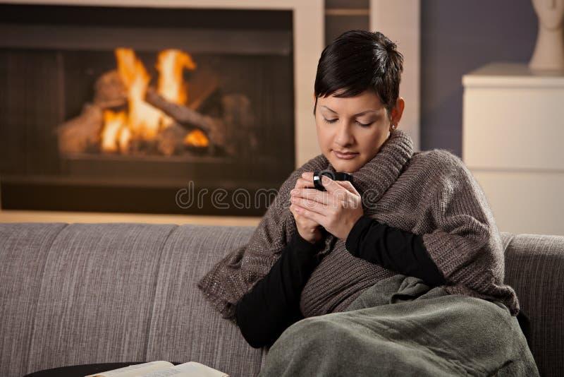 Kvinna med den varma drinken arkivbild