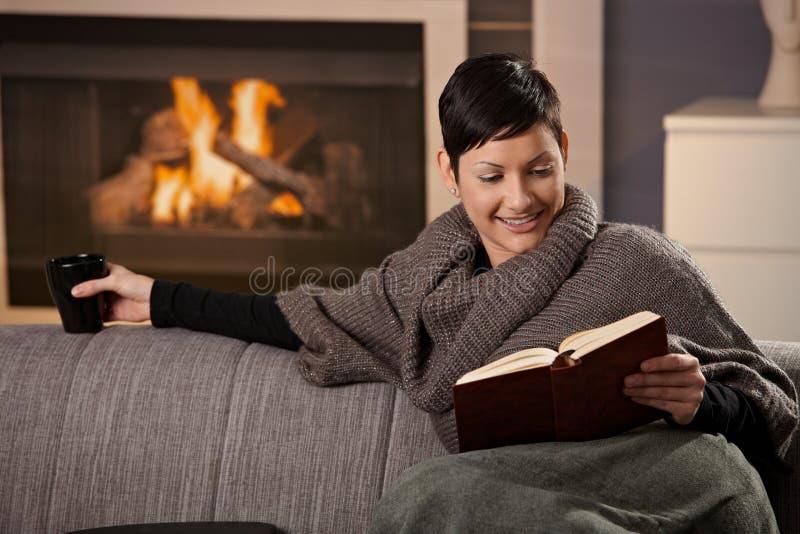 Kvinna med den varma drinken royaltyfri bild