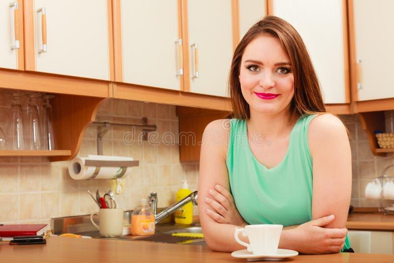 Kvinna med den varma kaffedrycken koffein arkivbild