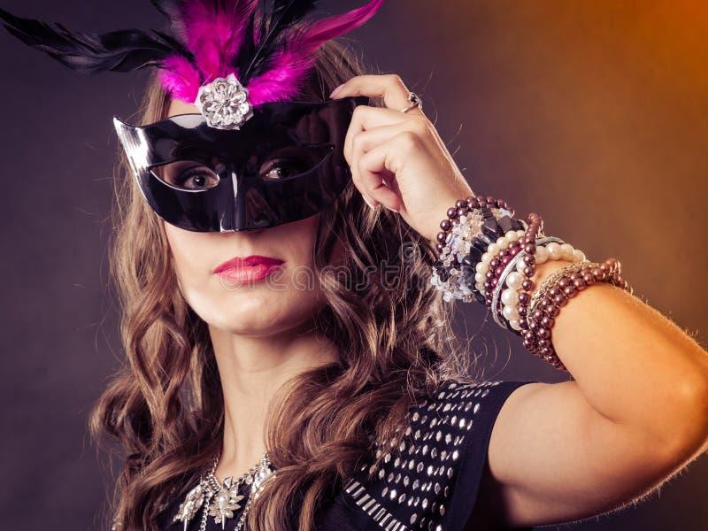 Kvinna med den venetian maskeringen för karneval på mörker royaltyfri bild