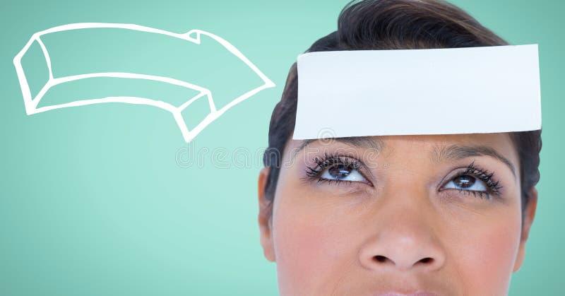 Kvinna med den vita pilen som pekar till kortet på huvudet mot aquabakgrund arkivfoto