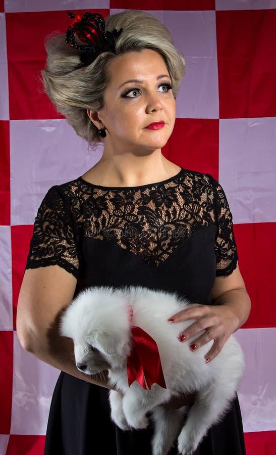 Kvinna med den vita valpen royaltyfria foton