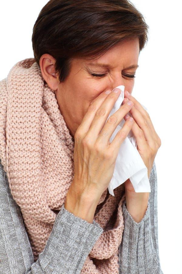 Kvinna med det ansikts- silkespappret som har influensa royaltyfri foto