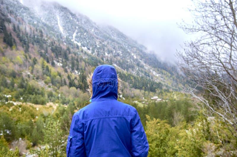 Kvinna med det blåa omslaget tillbaka till de Catalan Pyreneesna, Spanien, härliga berg arkivfoto