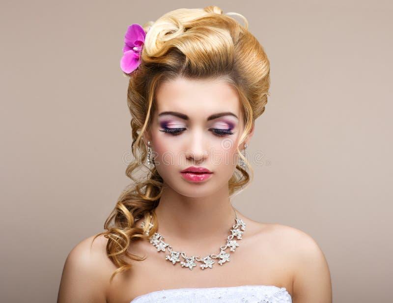 Gifta sig. Härlig tänkande brud med diamanthalsbandet. Elegans & Femininity arkivbilder