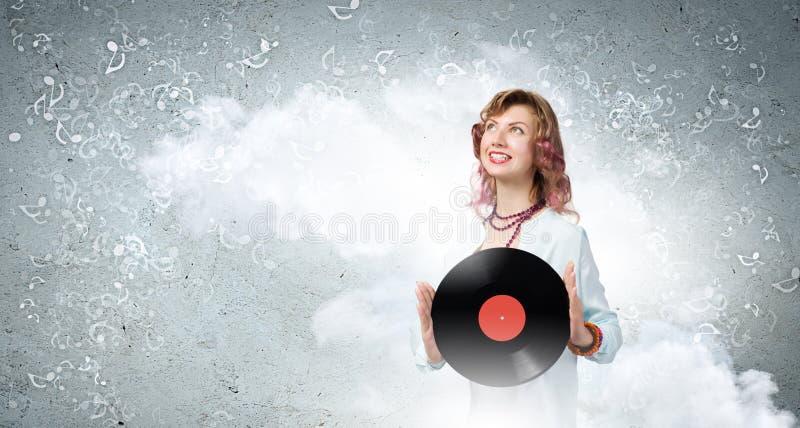 Kvinna med diskoplattan royaltyfri foto