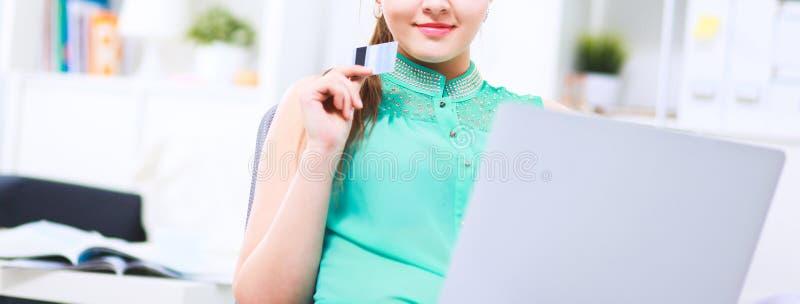 Kvinna med dokument som sitter p? skrivbordet arkivfoton