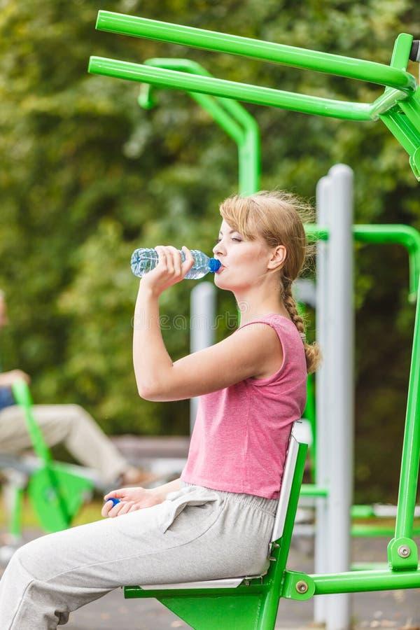 Kvinna med dricksvatten som tar avbrottet Kondition arkivfoton