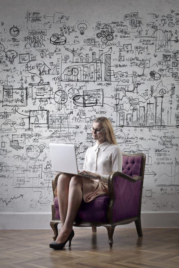 Kvinna med en bärbar dator royaltyfri fotografi