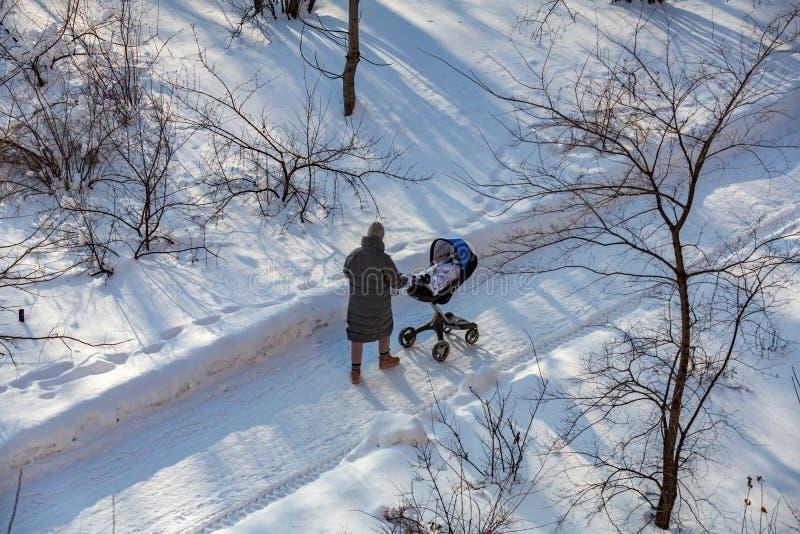 kvinna med en barnvagn arkivfoton