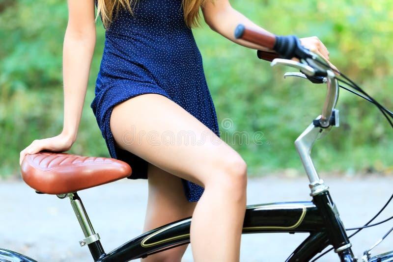Kvinna med en cykel royaltyfri fotografi
