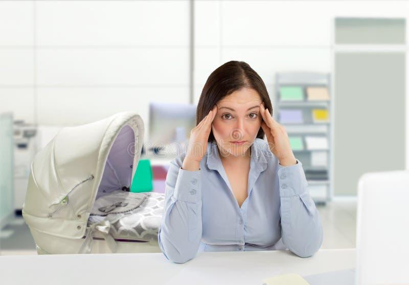 Kvinna med en dålig arbetslivjämvikt royaltyfri bild