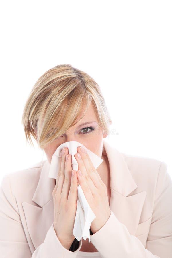 Kvinna med en förkylning eller en hösnuva arkivbild