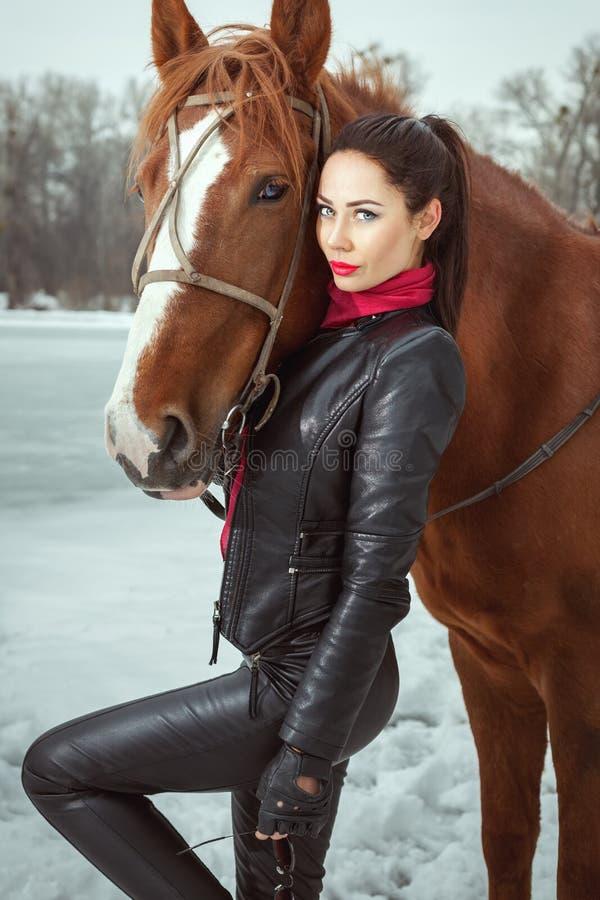 Kvinna med en häst royaltyfri foto