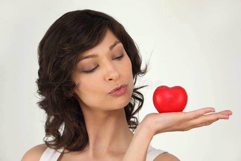 Kvinna med en hjärta fotografering för bildbyråer